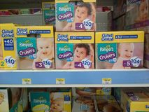 Pañales del bebé en venta imagen de archivo