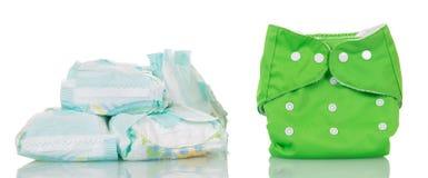 Pañales disponibles modernos y pañal limpio aislados en blanco Imagen de archivo