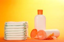 Pañales y sistema disponibles de los cosméticos de los niños imagenes de archivo