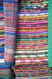 Paño apilado colorido de la tela en el mercado grande, Katmandu, Nepal imagen de archivo