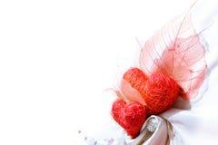 Paño blanco del satén con dos corazones rojos Fotografía de archivo