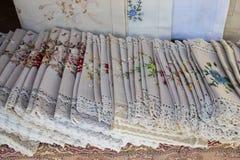 Paño bordado con Lacy Trim Imagenes de archivo