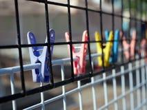 Paño colorido de los clips en malla Imágenes de archivo libres de regalías
