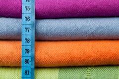 Paño de algodón colorido con la cinta de medición Foto de archivo libre de regalías