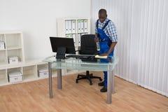 Paño de Cleaning Desk With del portero Foto de archivo libre de regalías