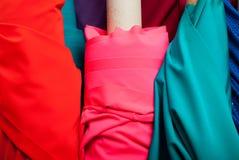 Paño de diversos colores en el mercado Imagenes de archivo