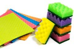 Paño de esponja de celulosa y una pila organizada de esponjas de la limpieza, aislada en el fondo blanco, primer Fotos de archivo
