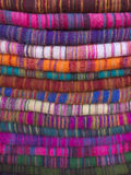 Paño de lana de diversos colores en bazar del Nepali Imágenes de archivo libres de regalías