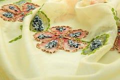 Paño de lujo del fondo amarillo o dobleces ondulados del terciopelo de seda del satén de la textura del grunge Imagen de archivo