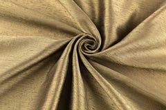Paño de lujo del fondo de oro o dobleces ondulados del satén de seda de la textura del grunge Fotos de archivo