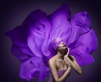 Paño de seda de la cara de la belleza de la mujer, modelo de moda, tela púrpura que agita Fotos de archivo libres de regalías