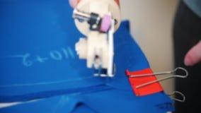 Paño del corte de la modista con la herramienta almacen de metraje de vídeo
