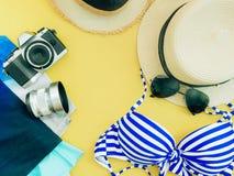 Paño del verano de la muchacha del bikini, cámara, lense y accesorios azules c Imagen de archivo libre de regalías