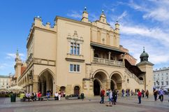 Paño Pasillo (Sukiennice) en Cracovia, Polonia fotografía de archivo libre de regalías