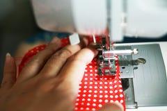 Paño que cose teniendo en cuenta la máquina de coser Fotos de archivo