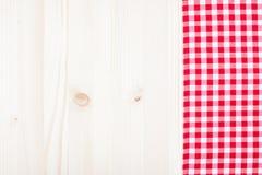 Paño rojo de la tela escocesa en la madera blanca Imágenes de archivo libres de regalías