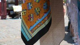 Pañuelo de la materia textil que se sacude en el viento en el contador del mercado almacen de metraje de vídeo