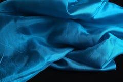 Pañuelo de seda azul brillante en el terciopelo negro Foto de archivo