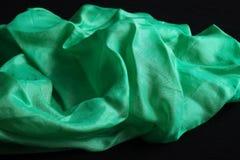 Pañuelo de seda verde brillante en el terciopelo negro Fotografía de archivo