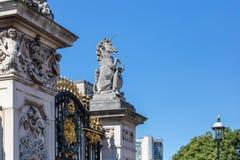 Pałac Buckingham brama w lecie fotografia royalty free