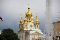 Pałac kościół święty Peter i Paul w Peterhof Chmurna, dżdżysta pogoda w Peterhof, zdjęcia royalty free