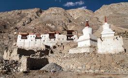 Pałac królewski z białymi buddyjskimi stupas w Tygrysiej wiosce Zdjęcia Stock