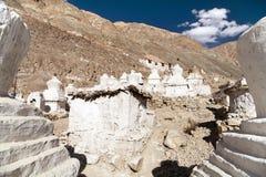 Pałac królewski z białymi buddyjskimi stupas w Tygrysiej wiosce Obraz Royalty Free
