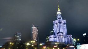 Pałac kultura i nauka przy nocą fotografia stock