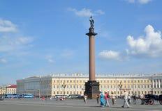 Pałac kwadrat, Aleksander kolumna w jaskrawym słonecznym dniu St Peter Obraz Stock