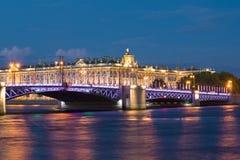 Pałac most przeciw tłu zima pałac w białej nocy, święty Petersburg Obrazy Royalty Free