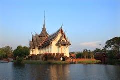 Pałac otaczający jeziorem Zdjęcia Stock