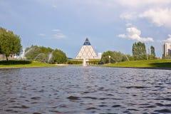 Pałac pokój i porozumienie - ostrosłup Astana, Kazachstan z wodą na przodzie (,) zdjęcie stock