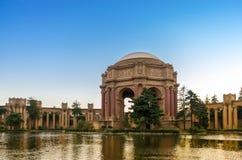 Pałac sztuki piękna, San Fransisco, przy półmrokiem. Zdjęcie Stock