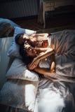 Państwa młodzi lying on the beach w łóżku Zdjęcia Royalty Free
