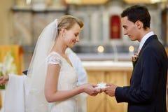 Państwa młodzi mienia obrączki ślubne Obrazy Stock