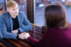 Państwa młodzi mienia ręki dyskutuje ślubnego miesiąc miodowego obraz stock