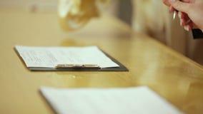 Państwa Młodzi podpisywania małżeństwa kontrakt zdjęcie wideo