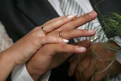 Państwa młodzi przedstawienie ich ręki jest ubranym obrączki ślubne Fotografia Royalty Free