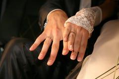 Państwa młodzi przedstawienie ich ręki jest ubranym obrączki ślubne Zdjęcia Royalty Free
