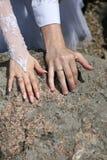 Państwa młodzi przedstawienie ich ręki jest ubranym obrączki ślubne Fotografia Stock