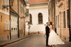 Państwa młodzi przytulenie w starej grodzkiej ulicie Weding para w miłości Odchwaszcza? w Budapest zdjęcia stock
