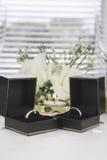 Państwa Młodzi złota obrączki ślubne Obrazy Royalty Free