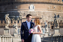 Państwo młodzi ślubu pozy przed Castel Sant& x27; Angelo, Ro Obraz Royalty Free