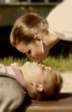 Państwo młodzi buziak Zdjęcia Stock