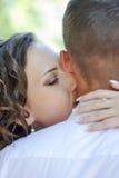 Państwo młodzi buziak Fotografia Royalty Free