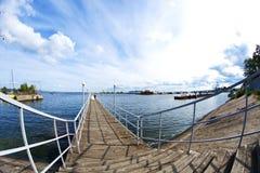 Państwo młodzi chodzi na molu Rzeczny port w c Obraz Stock