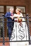 Państwo Młodzi chodzi Outdoors przy dniem ślubu Szczęśliwy nowożeńcy obejmować kilka kochać Zdjęcia Stock