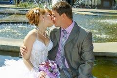 Państwo młodzi delikatny buziak Fotografia Stock