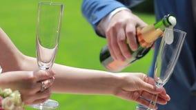 Państwo młodzi jest nalewać nampan Ślubna ceremonia, zakończenie zbiory