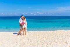 Państwo młodzi, młoda kochająca para na ich dniu ślubu, outd Fotografia Stock